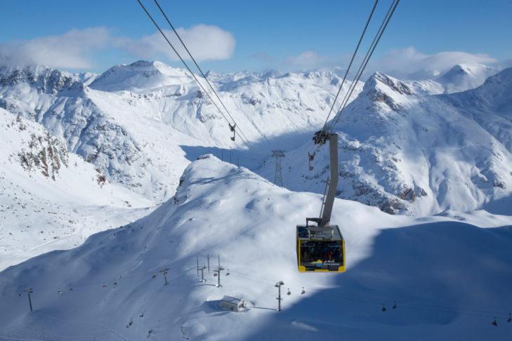 Gondelbahn und Pisten bei St. Moritz.