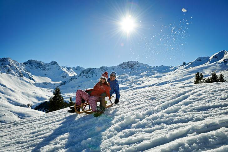 Rodeln ist im Skigebiet Arosa-Lenzerheide eine beliebte Freizeitbeschäftigung.