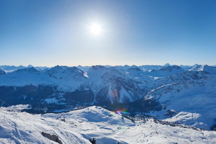 Panoramablick über das Skigebiet von Arosa.