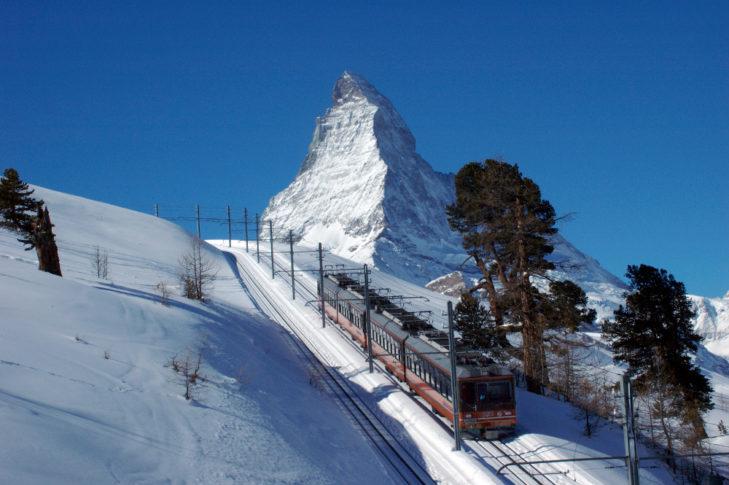Skigebiet Zermatt: Die Gornergrat-Bahn auf ihrem Weg zum Berggrat.