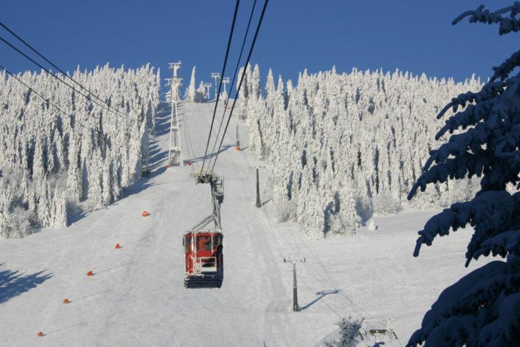 Die historische Gondel befördert Wintersportler zum Gipfel.