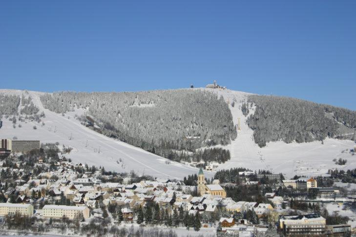 Blick von Oberwiesenthal auf das Skigebiet.