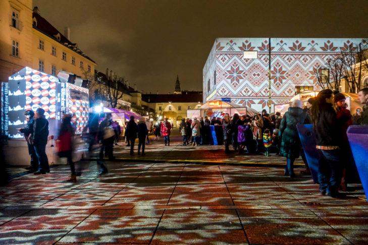 Kunstvolle Lichtinstallationen auf dem Weihnachtsmarkt im Wiener Museumsquartier.