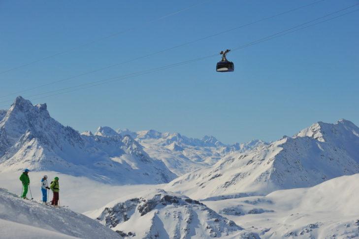 Die Valluga-Gondel transportiert zum höchsten Punkt im Skigebiet.