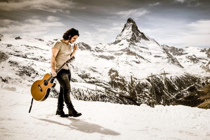 Beim Zermatt Unplugged spielt die Musik vor der prächtigen Matterhorn-Kulisse – im Bild der Schweizer Musiker Andrea Bignasca.