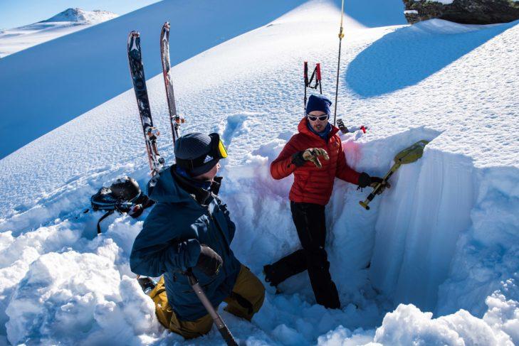 Lawinenrettungstraining ist ein Bestandteil der Skitourencamps. © Skitourenwinter.com