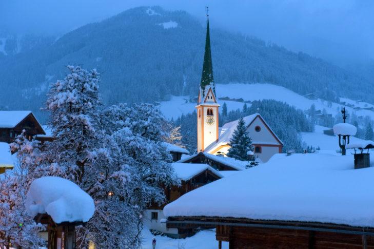 Abendstimmung an der Dorfkirche in Alpbach.