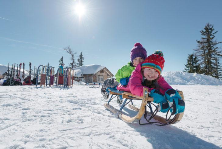 Rodeln im Skigebiet Dachstein West ist besonders kinderfreundlich.