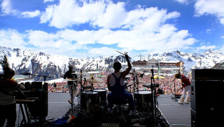 Blick von der Bühne auf Publikum und Bergkulisse - Top of the Mountain Ischgl.