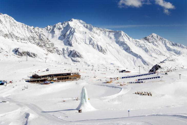 Auf dem Gletscherplateau ist viel Platz für Pisten, Gastronomie und einen freistehenden Eiskletterturm.