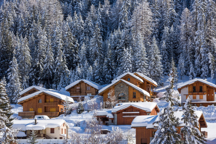 Skigebet Valfréjus: Oberhalb des Ortskerns bieten holzverkleidete Häuser gemütliche Unterbringung an.