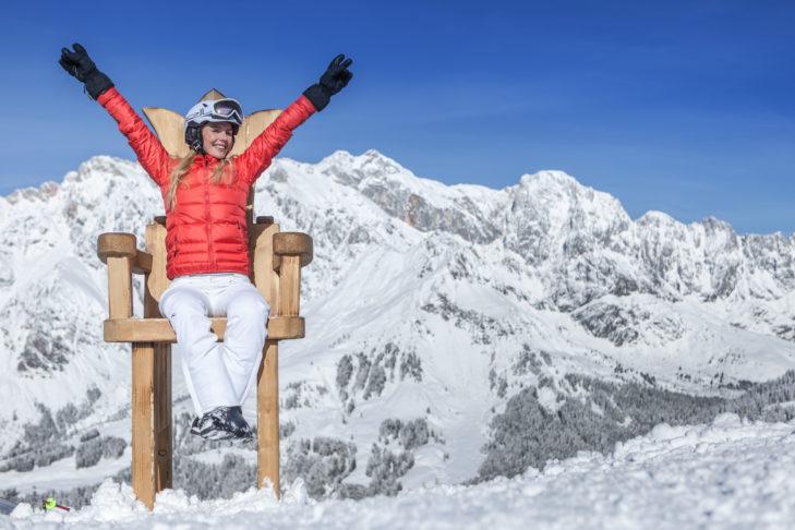 Im Skigebiet Hochkönig nimmt man für sein Foto auf dem königlichen Thron platz.