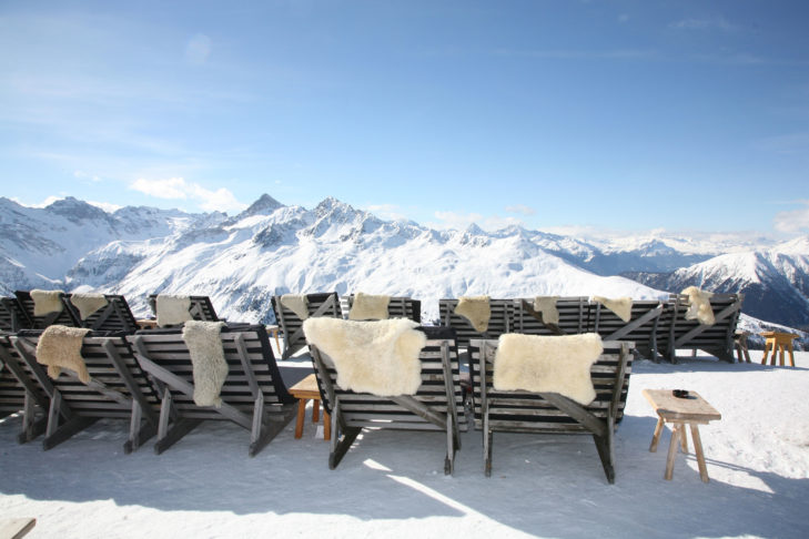 Skigebiet Davos Klosters: Sonnenbad auf dem Schafsfell.