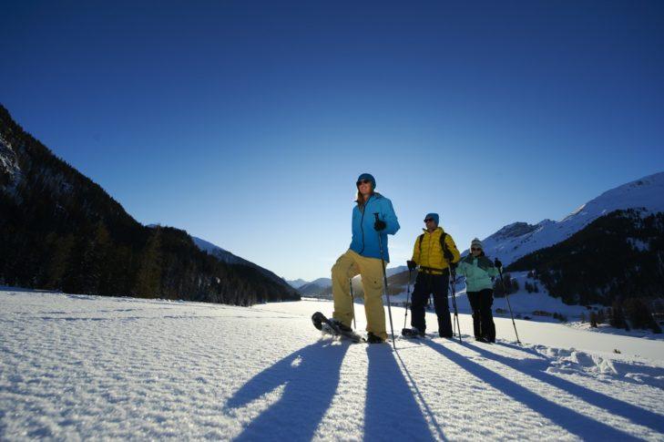 Schneeschuhwandern gehört zu den vielen Freizeitmöglichkeiten in Davos Klosters.