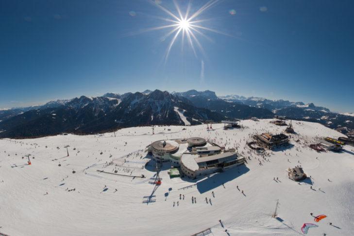 Sonniges Panorama im Skigebiet am Kronplatz.