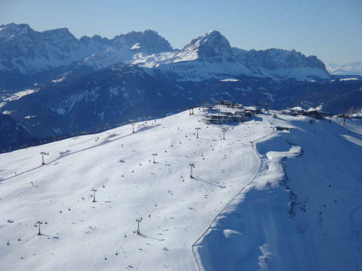 Vom Gipfelplateau führen verschiedene Pisten ab.