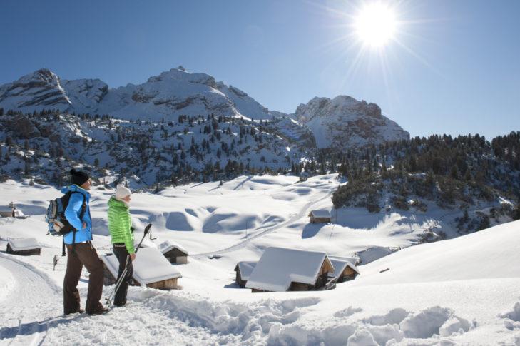 Winterwanderer entdecken die unberührte, winterliche Schönheit der Region.