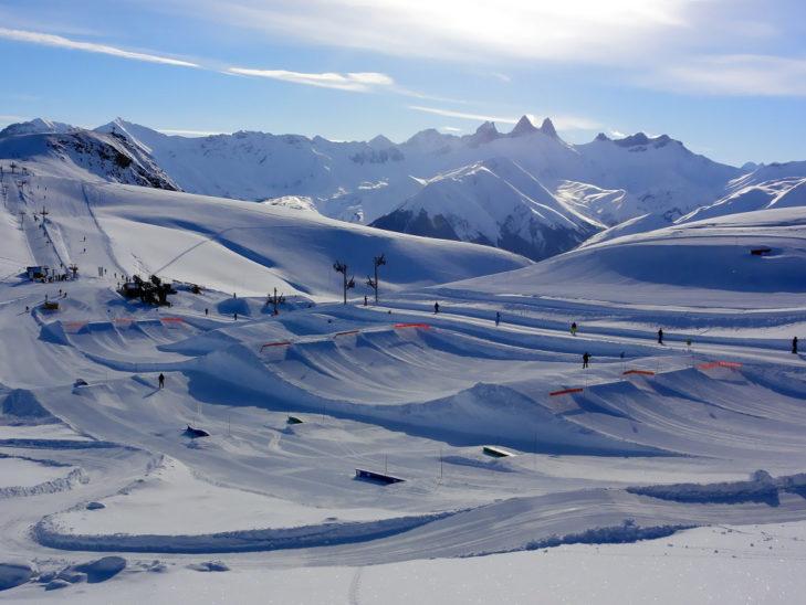 Der Snowpark vor dem markanten Zacken-Panorama der Aiguilles d'Arves.