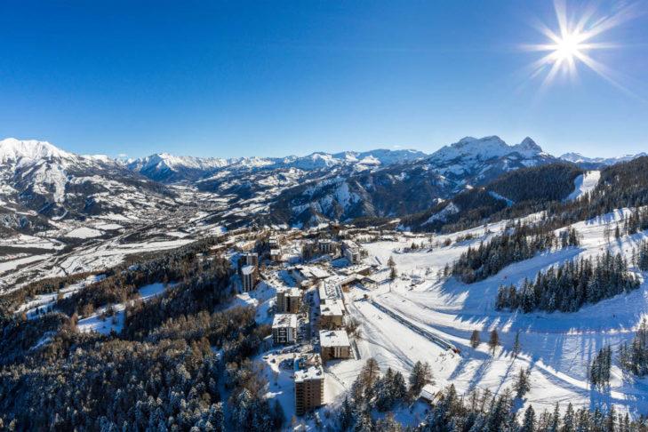 Pra Loup liegt auf einem Plateau direkt am Fuße der Pisten.