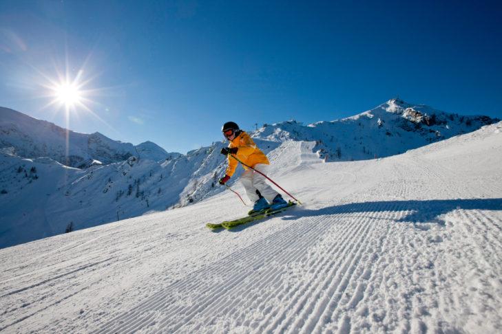 Skifahren bei Sonnenschein in der Region Berchtesgaden.