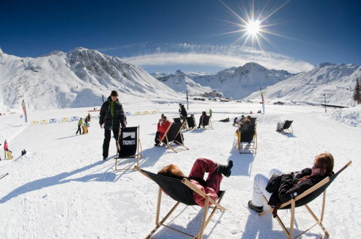 Sonnenterrasse in Tignes beim Skifahren im April.