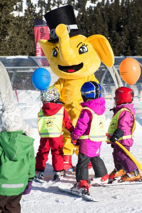 Das Maskottchen FUNty kümmert sich um die Skischulkinder.