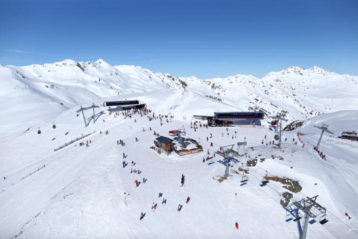 Mehrere Lift-Drehkreuze, wie hier an der Königsleitenspitze, verteilen sich über das Skigebiet.