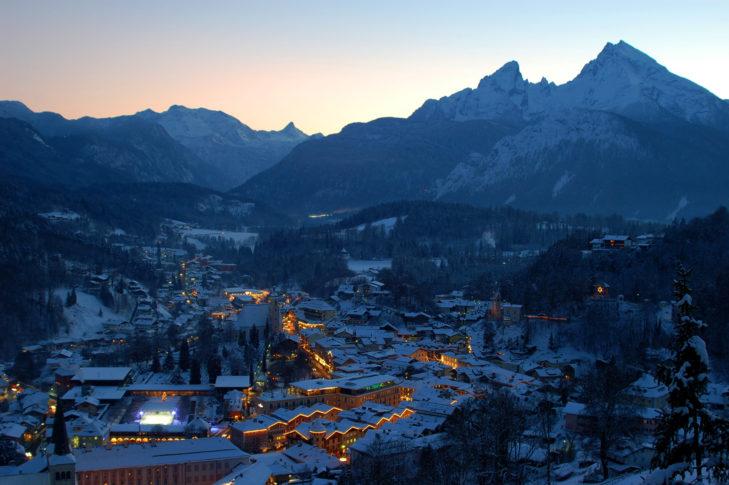 Abendstimmung über Berchtesgaden im Advent.