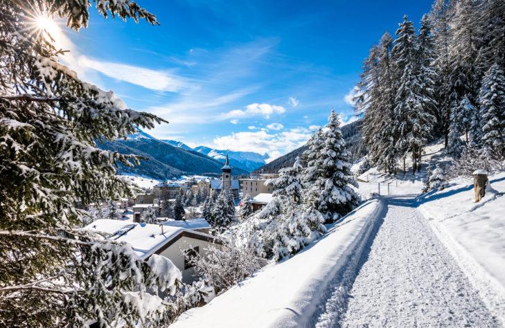 Blick von einem Wanderweg auf Davos.