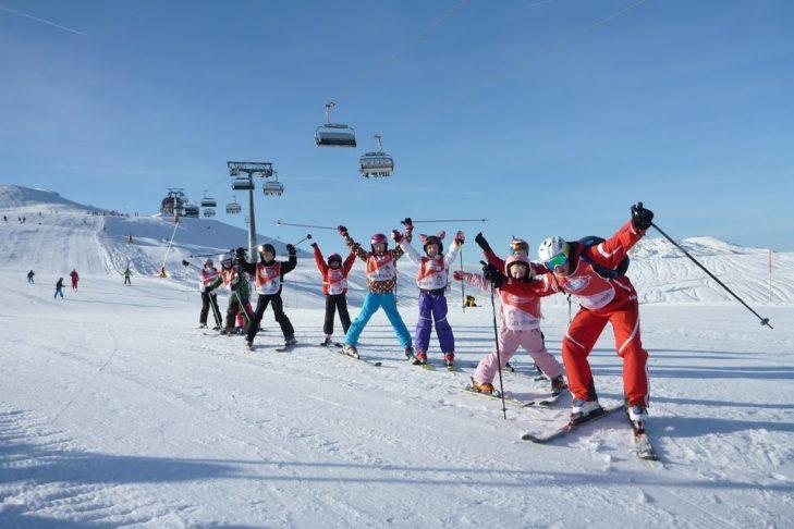 In den Kleingruppen der Skischule lernt man nicht nur das Skifahren, sondern trifft auch viele neue Freunde.