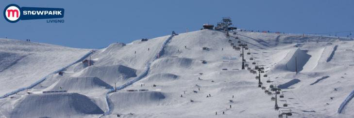 Panoramaansicht des Snowparks mit Halfpipe.