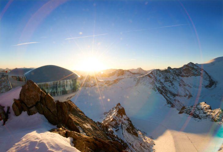 Der Sonnenuntergang taucht die Bergkulisse in ein atemberaubendes Licht.