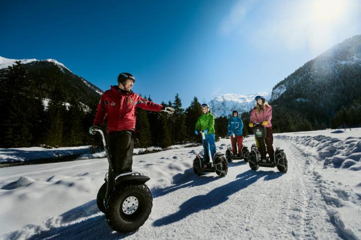 Zum abwechslungsreichen Angebot zählen auch Segway-Touren durch den Schnee.