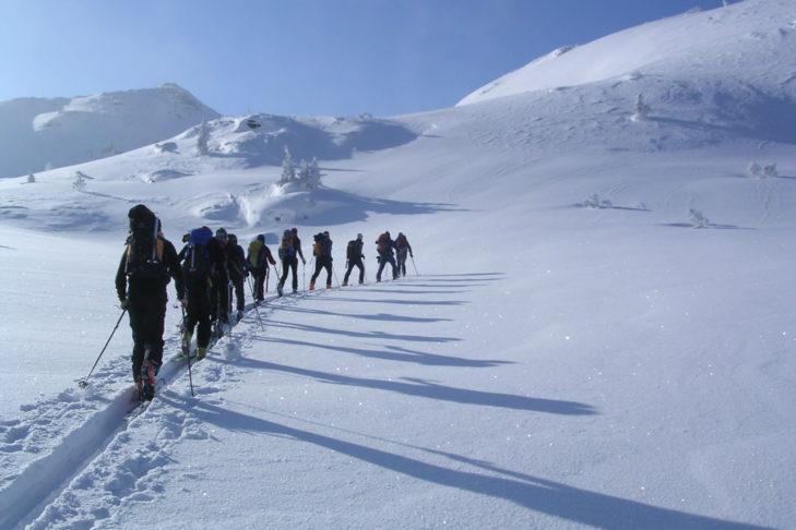 Ski- und Schneehschuhtouren sorgen für die nötige Abwechslung.