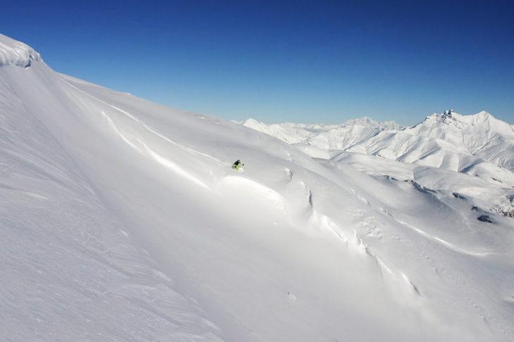 Traumhafte Tiefschneehänge warten in Les 2 Alpes und La Grave auf Freerider.