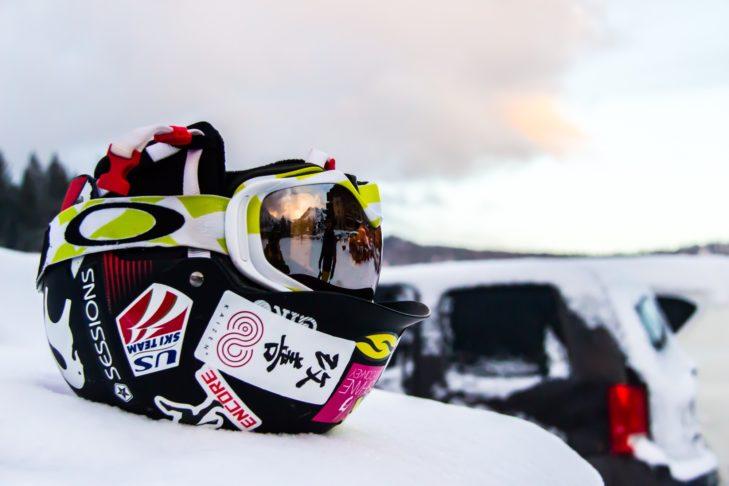 Auch Ski-Zubehör wie Helm und Skibrille sollte im Sommer richtig gelagert werden.