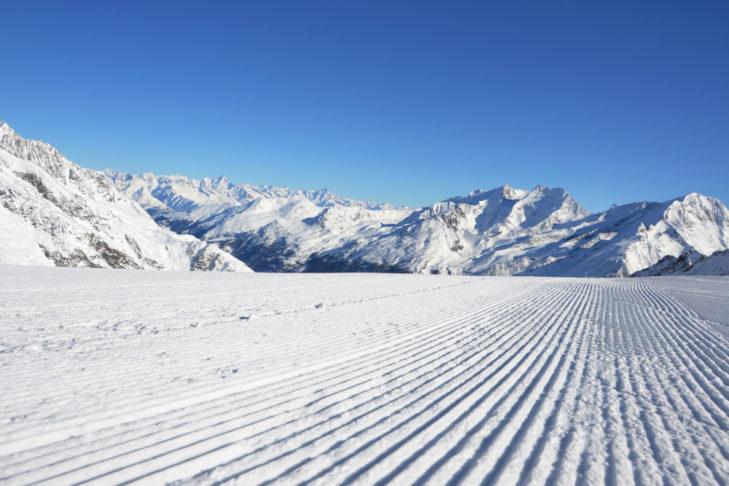 Frisch präparierte Piste im Skigebiet.