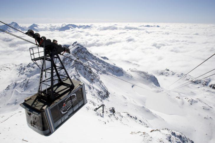 Über den Wolken von Alpe d'Huez fährt die Gondel zum Pic Blanc hinauf.