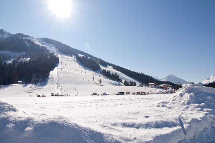 Sonnige Talabfahrt in Kössen.
