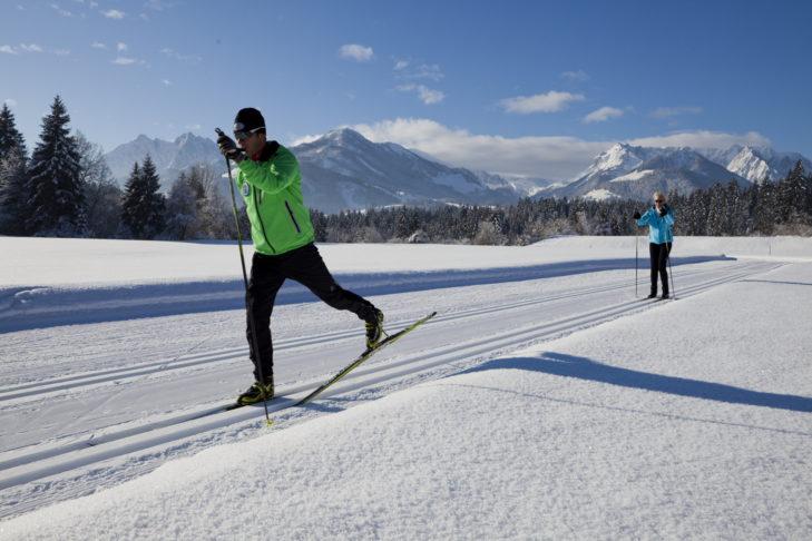 Langläufer in der Region Kaiserwinkl: Die Loipen sind parallel für den klassischen Lauf und das Skating ausgelegt.