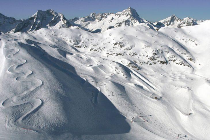 Pistenpanorama von Les 2 Alpes mit Snowpark und Halfpipe.