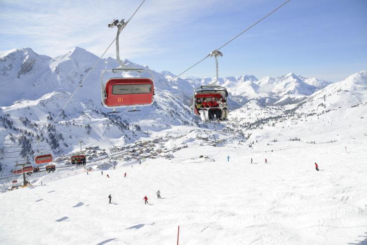 Obertauern bietet moderne Lifte mit Wetterschutzhauben und Sitzheizung, breite Pisten und ein tolles Panorama.