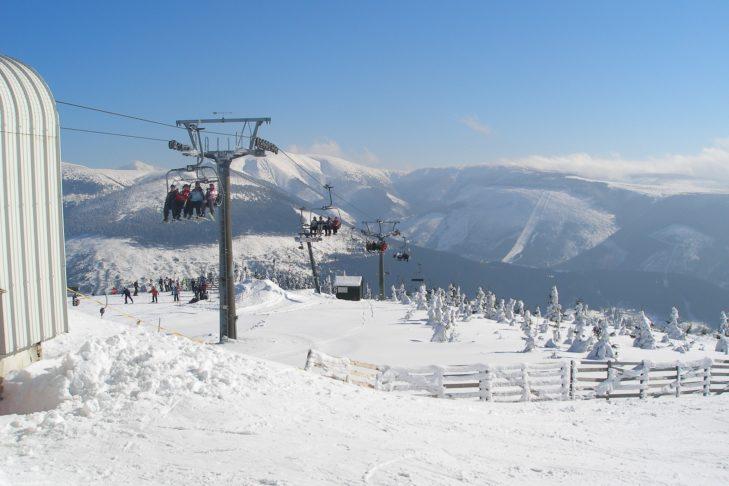 Winterliches Panorama im Skigebiet Spindlermühle.