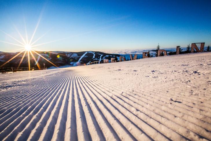 Die frisch präparierte Piste am Skibierg Medvedín am Morgen.