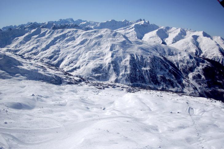 Blick auf die Pisten und Skistation von Valmeinier in Richtung Valloire.