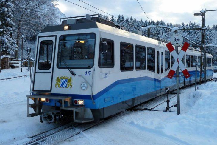 Die Bayerische Zugspitzbahn fährt von Garmisch aus auf die Zugspitze.