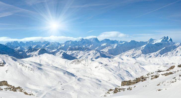 Blick von Val Thorens auf das Gipfelmeer der französischen Alpen.