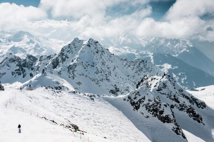 "Buchstabe ""B"" aus dem Skilexikon: Buckelpiste."