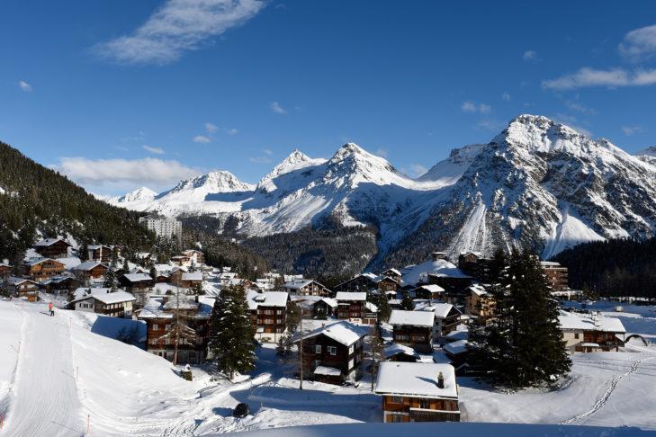 Blick auf das verschneite Arosa im Schanfigger Tal.