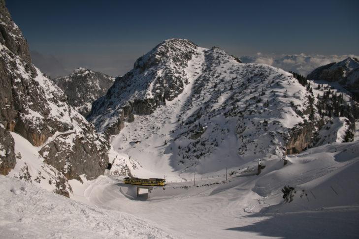 Die Wendelsteinbahn fährt durch die fantastische Berglandschaft bis zur Skistation.
